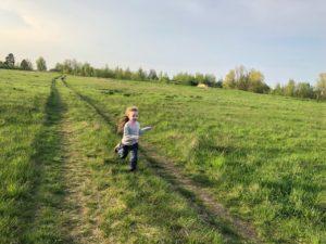 детка в поле